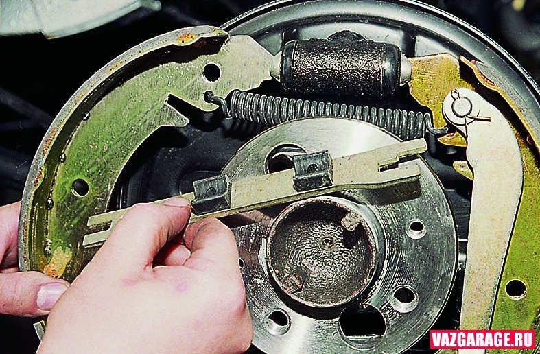 Замена задних тормозных колодок своими руками на ваз 2107 25